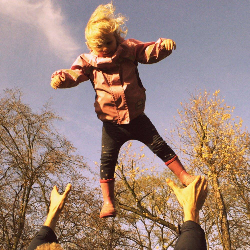 Kind wird in die Luft geworfen